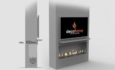Telewizor zawieszony bezpośrednio na ścianie w mniejszej odległości nad zabudowanym kominkiem z półką poniżej ekranu tv